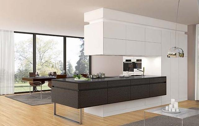 cucina moderna con isola rialzata