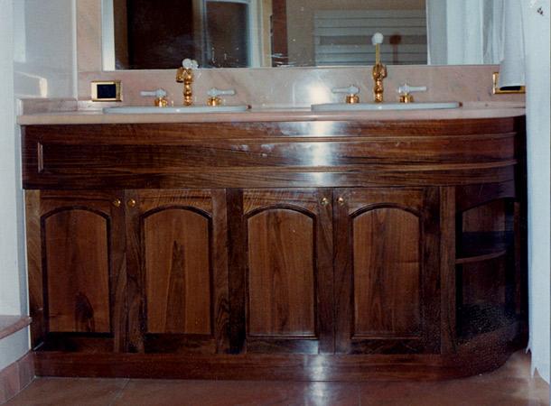Mobile bagno in noce massello con angolo arrotondato — Comprare Mobile bagno in noce massello ...