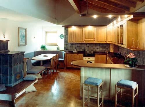 Cucina / soggiorno in frassino/noce tinto. piano in granito ...