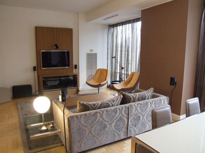 Mobile con parete per tv e tavolo basso in zebrano — comprare ...