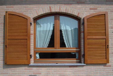 Acquistare Finestre in legno con persiane