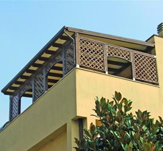 Pergola addossata montata su terrazza con montanti fissati su ...
