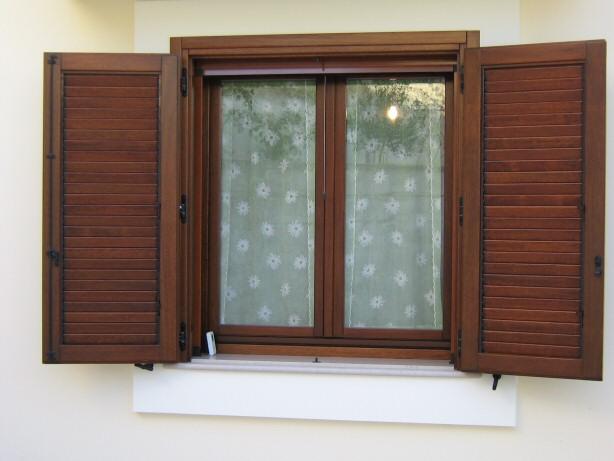 价格木制百叶窗 在 意大利