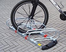 Urbany® City Project  Modello UR 7  Dispositivo porta-bicicletta montato, a 3 posti inclinati a 60°.