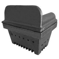 Braceri o caricatori per stufe a pellet di diverse dimensioni realizzati in ghisa.
