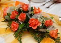 Centrotavola di rose color arancio, verde e