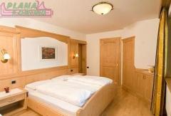 Camera da letto realizzata in legno