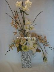 Vaso con eucaris e orchidee