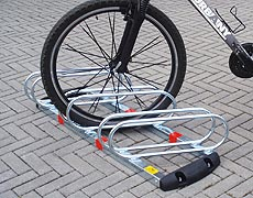 Urbany® City Project  Modello UR 7  Dispositivo porta-bicicletta montato, a 3 posti inclinati a 60°.