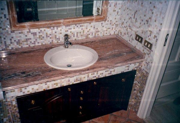Ordine Mosaico piastrelle: Ripiano sopraincasso realizzato in marmo Rosa brasiliano