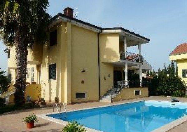 Ordine Villa in Affitto a Giugliano In Campania