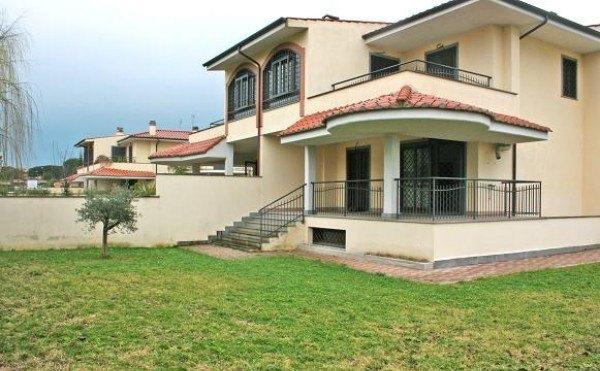 Ordine Villa in Affitto a Roma - 250 m²